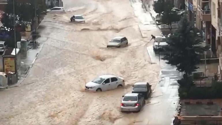 Son dakika: Ankarada yoğun sağanak sonrası sel Araçlar sürüklendi, caddeler su altında kaldı